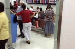 (写真1)証券会社の支店に集まる年配の一般投資家(上海市)