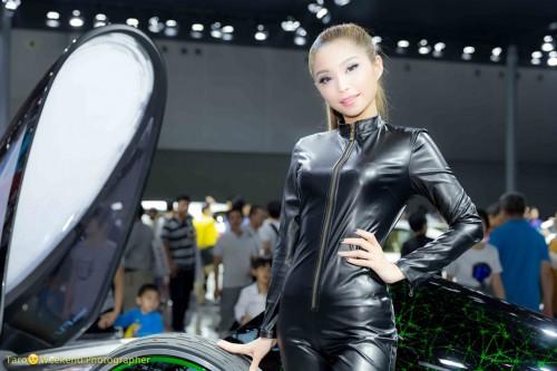 (写真5)レーサーのような衣装をまとうコンパニオン(撮影:週末撮影師太郎)