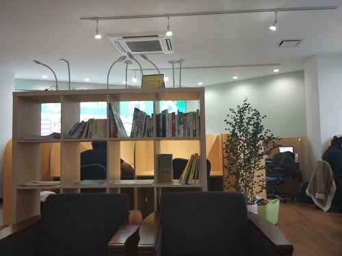 (写真4)Co:Laboではブース席の人気が高い(大阪・中央区)
