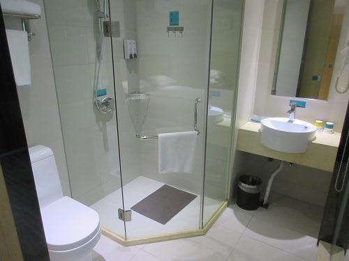(写真4)城市便捷酒店(CCINN)の洗面所のようす(上海市・金山区)
