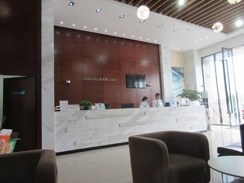 (写真2)落ち着いた雰囲気が出ている城市便捷酒店のフロント(上海市・金山区)