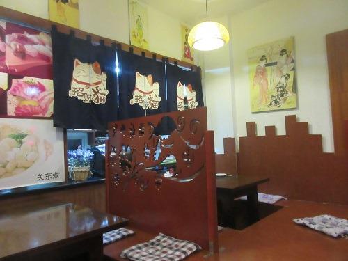 (写真2)中国の日本料理屋に多い掘りごたつ風の座席(上海市金山区・喜楽)