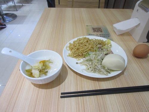 (写真5)城市便捷酒店の朝食、十分満足できる料理(上海市・金山区)
