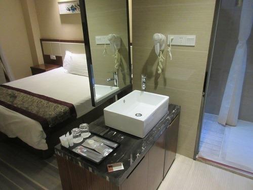 (写真3)星程酒店(Starway Hotel)の洗面所、ベッドのとなりにある