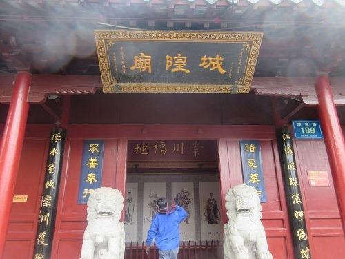 (写真5)赤色のデザインで雰囲気がでている南通城隍廟
