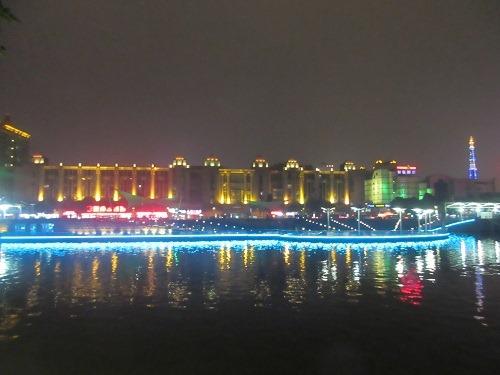 (写真1)南通市を代表する見どころの濠河、夜はライトアップされる