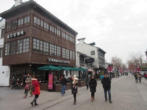 (写真3)清名橋古運河景区にマッチしたスターバックスの店舗デザイン