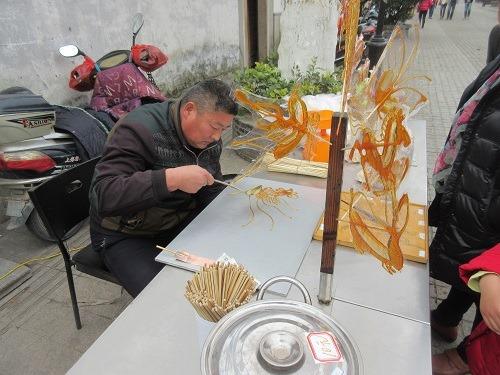 (写真4)清名橋古運河景区であめ細工をつくる職人(江蘇省・無錫市)