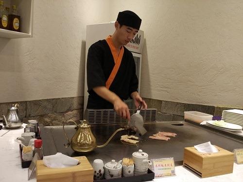 (写真4)慣れた手つきで鉄板料理をつくっている様子