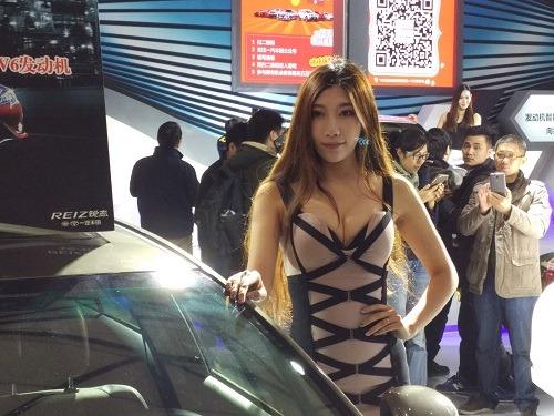 (写真2)注目をあつめる上海歳末車展(見本市)の女性コンパニオン