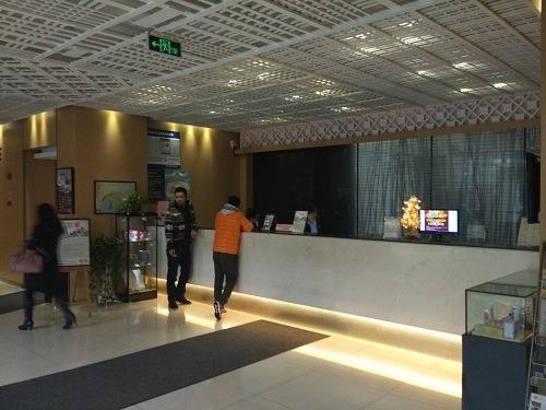(写真3)莫泰酒店(MOTEL168)のフロントのようす(江蘇省・無錫市)