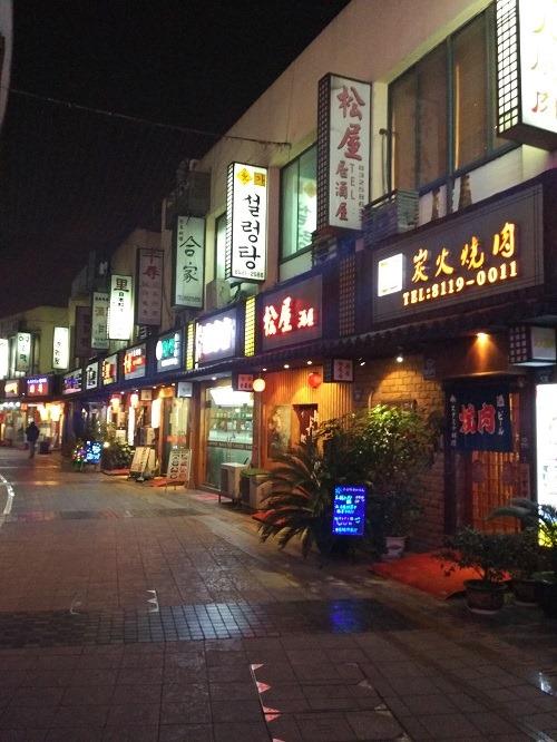 (写真3)目立つ韓国語の看板、増える韓国人滞在者(新地假日広場)