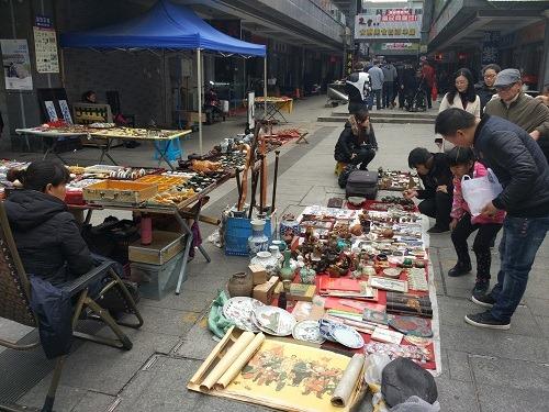 (写真4)南禅寺の敷地内の路上で骨とう品を販売中