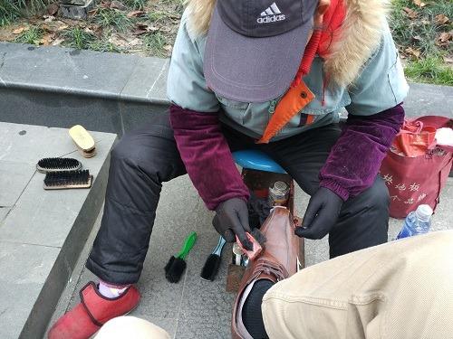 (写真5)南禅寺敷地内で靴磨きをする職人、だいたい5分程度で完了