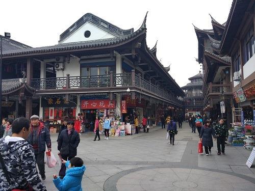 (写真3)南禅寺の周りはたくさんのショップでにぎわう