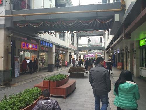 (写真2)崇安寺生活歩行街の一部、自動車は通れない(江蘇省・無錫市)