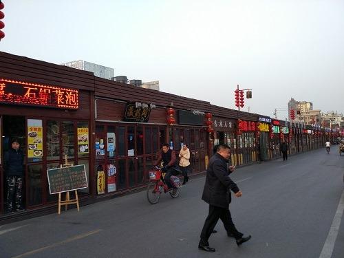 (写真2)勝利河美食街のようす、平屋のようなレストランが軒をつらねる