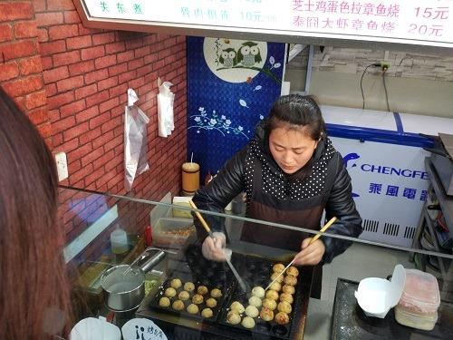 (写真5)勝利河美食街にあるたこ焼き専門店、中国では増えている
