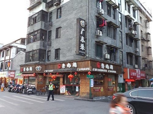 (写真4)勝利河美食街にはさまざまな地域の専門料理店が出店している