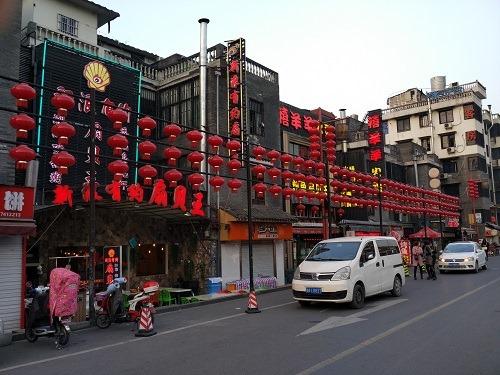 (写真3)勝利河美食街には飲食店しか出店していない(浙江省・杭州市)