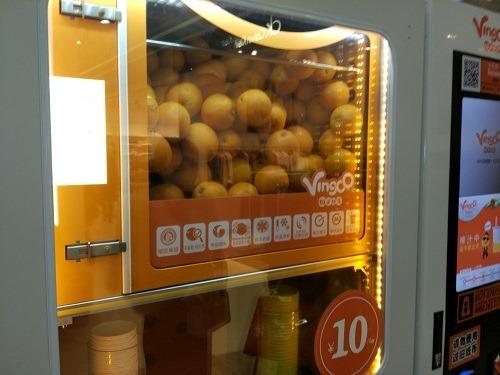 (写真3)Vingoo(維果部落)の自動販売機のなかのオレンジたち