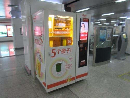 (写真2)地下鉄に設置されているVingoo(維果部落)の自販機(杭州市)