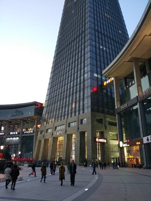(写真6)超立派な銀泰集団のビル(浙江省・杭州市)