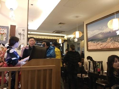 (写真3)お客さんであふれる三郎(楽座)(杭州市)