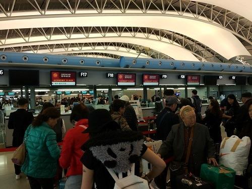 (写真2)チェックイン待ちで混雑する吉祥航空カウンター(関西国際空港)