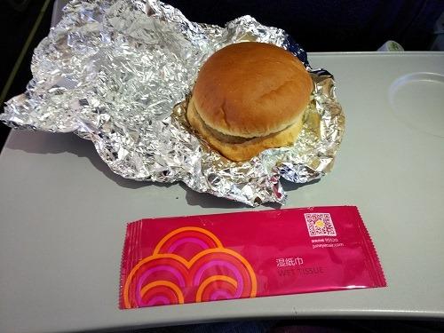 (写真4)吉祥航空で提供されたハンバーガー