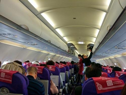 (写真3)吉祥航空の機体はあたらしい、満席だった関空-上海便