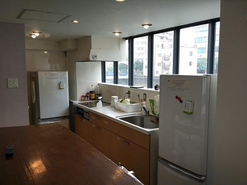 (写真4)宿泊者は利用できる共有キッチン(オークホステルキャビン)