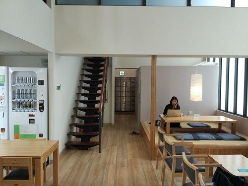 (写真2)オークホステルキャビン2階の共有スペース