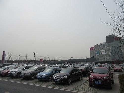 (写真6)イオンモール杭州良渚新城の駐車場、空きがないくらい