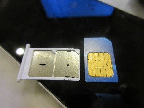 (写真3)ダブルSIMカード仕様の携帯なら2枚のSIMカード装着可能