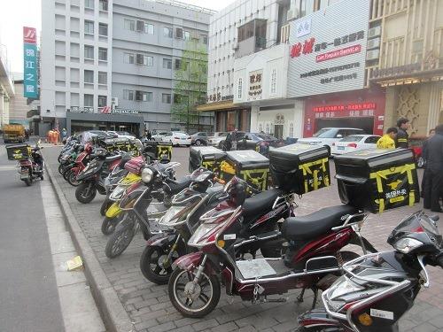(写真1)上海の街中でよく見かける美団外卖の専用バイク