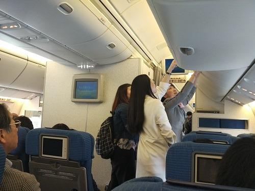 (写真2)上海-関空間ではめずらしい3列シートの機内(ANA)