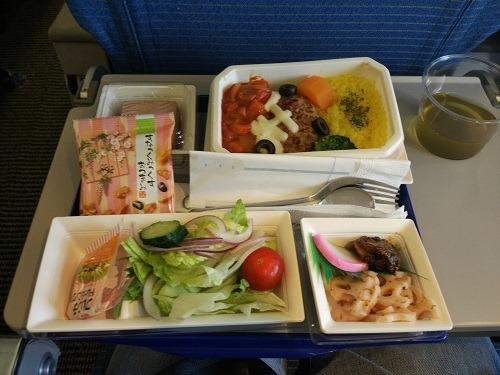 (写真3)ANAの関空-上海便の機内食(ハンバーグセット)
