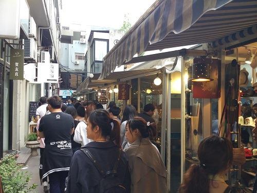 (写真4)田子坊のなかは人混み、週末はできれば避けたい