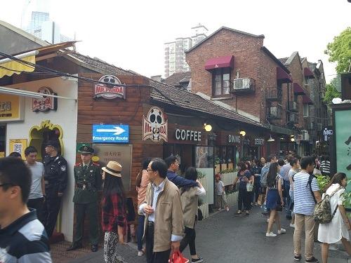 (写真3)若者たちに混じり、年配の中国人も観光している(田子坊)