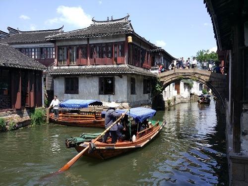 (写真1)水郷の町の周荘、風情あふれる風景が広がる