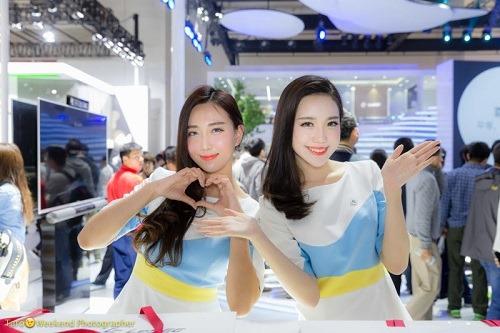 (写真5)笑顔で撮影に応じてくれた受付の女性たち(北京モーターショー)