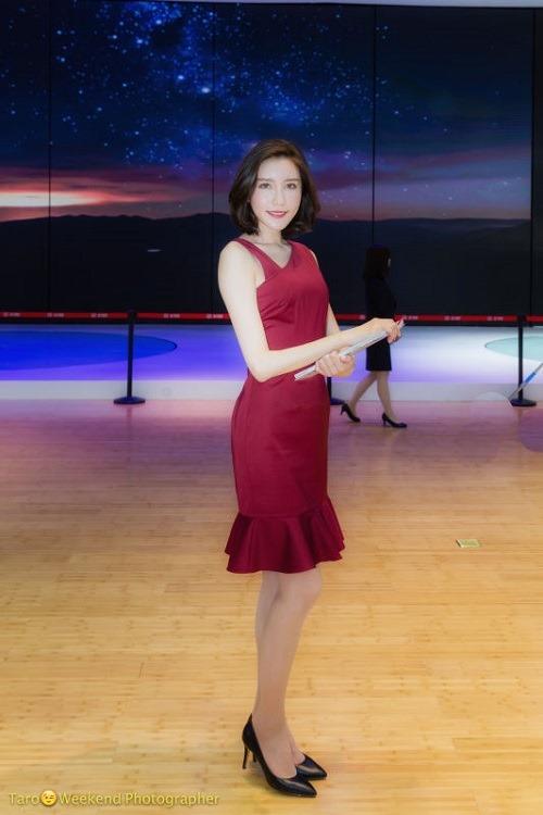 (写真4)赤い衣装と黒のパンプス(靴)がコンパニオンにうまくマッチしている