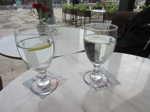 (写真4)ハーゲンダッツで提供されたレモン入りのお水(蘇州市)