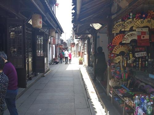 (写真6)日本の温泉街のように雰囲気のあるお土産屋さんが軒を連ねる