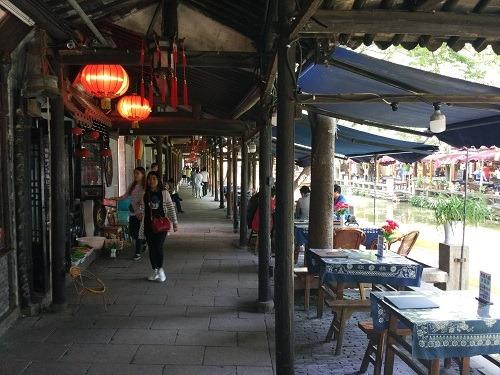 (写真8)周荘の観光エリアにはレストランが多い