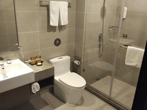 (写真3)清潔で安心できる如家精選酒店の洗面所、シャワー室