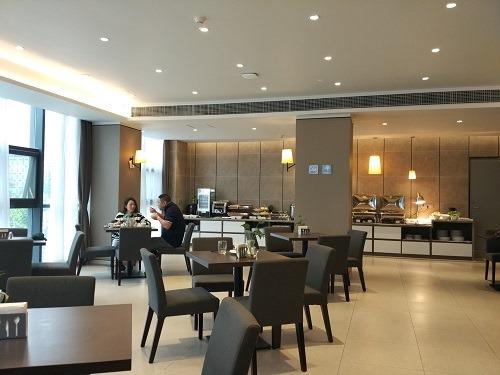 (写真4)中国のビジネスホテルとは思えないオシャレなレストラン