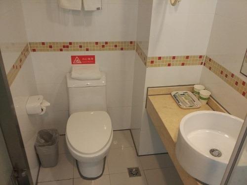(写真3)莫泰酒店の洗面所、中国の低価格ホテルの典型的なタイプ