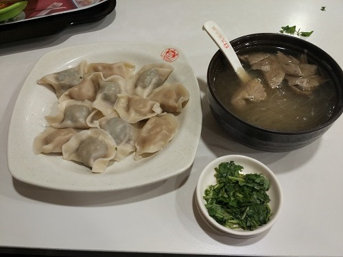(写真3)水餃子と牛肉入りはるさめスープ
